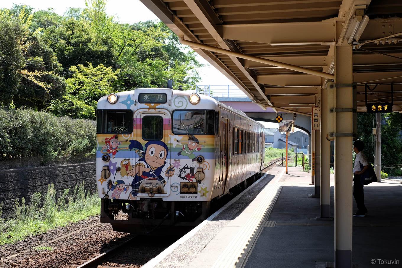 普通列車の氷見行き 537D。