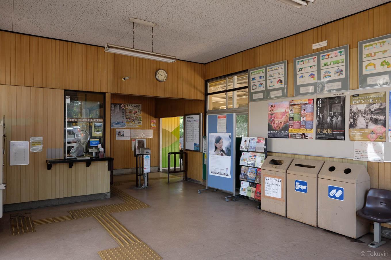 越中中川駅の待合室。
