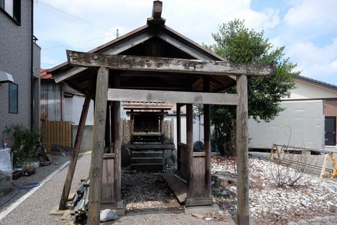 住宅に囲まれる出雲神社