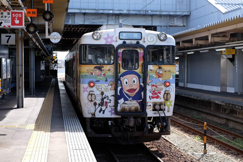 高岡駅で発車を待つ普通列車の氷見行き 535D。