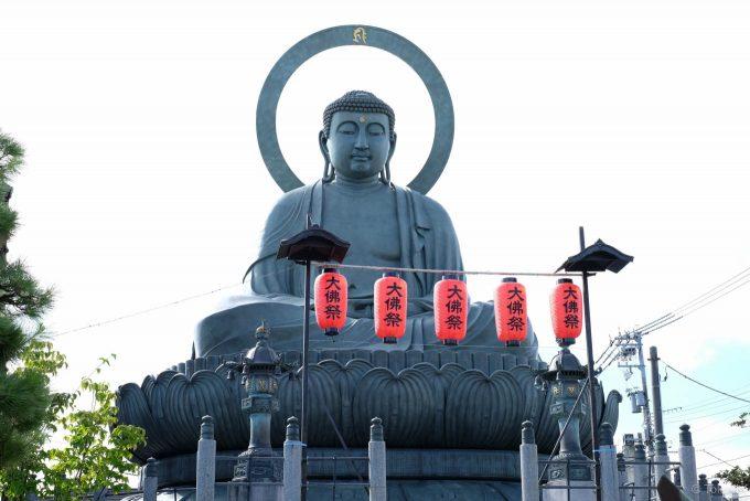 高岡大仏には大佛祭の提灯が並ぶ
