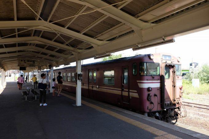 伏木駅に入線する高岡行き 540D