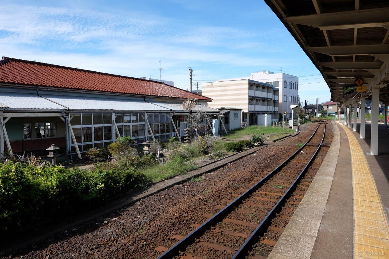 ホームから眺める庭園と駅舎。