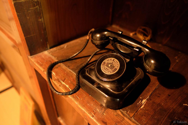 母屋に残されていた古い電話機。