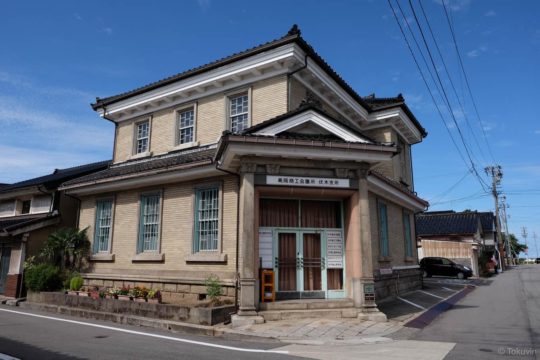 洋風な木造二階建ての旧伏木銀行。