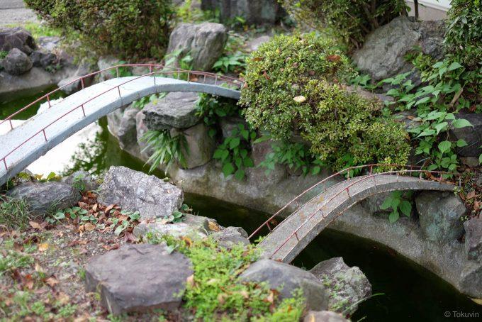 橋のかかる箸蔵駅前の小さな池