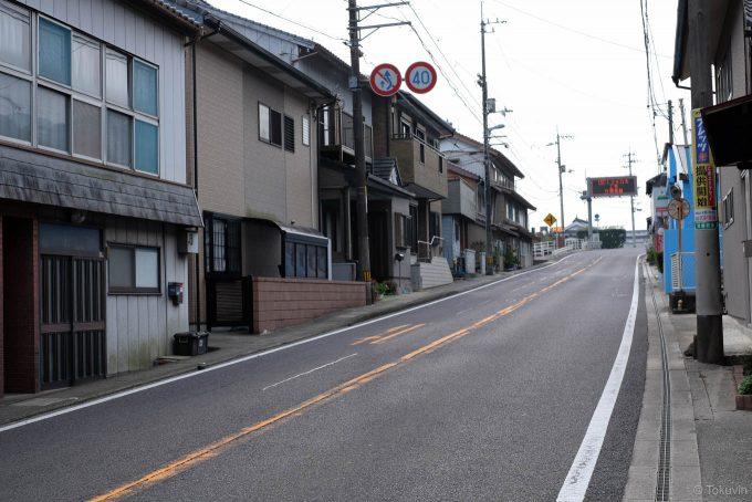 箸蔵駅周辺の住宅密集地を走る国道23号線