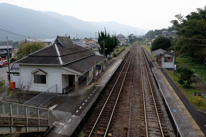 長いホームを持つ箸蔵駅構内