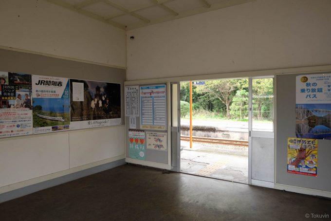箸蔵駅のだだっ広い待合室