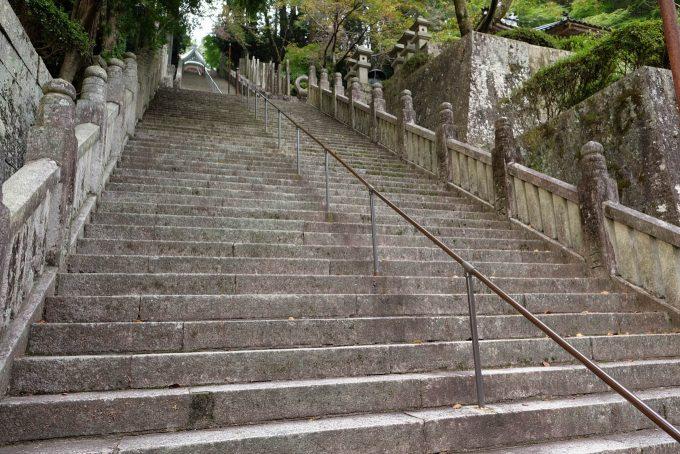 本殿前の長い石段