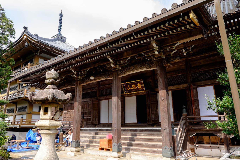 宝光寺本堂と三重塔。