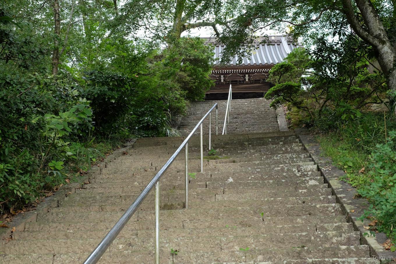 宝光寺山門へと続く石段。