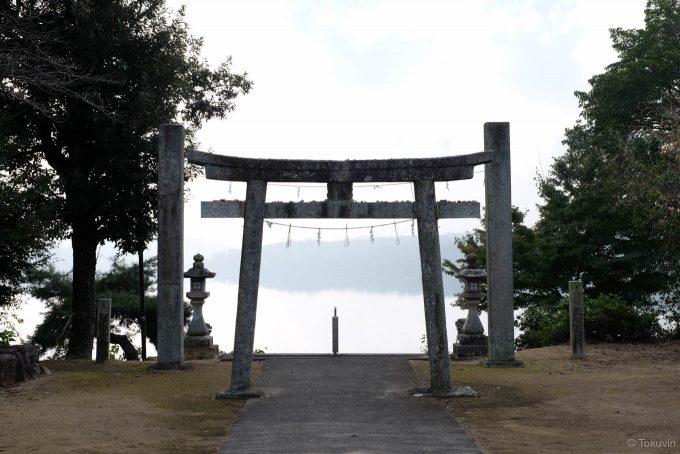 満濃池に向かって建つ神野神社の鳥居