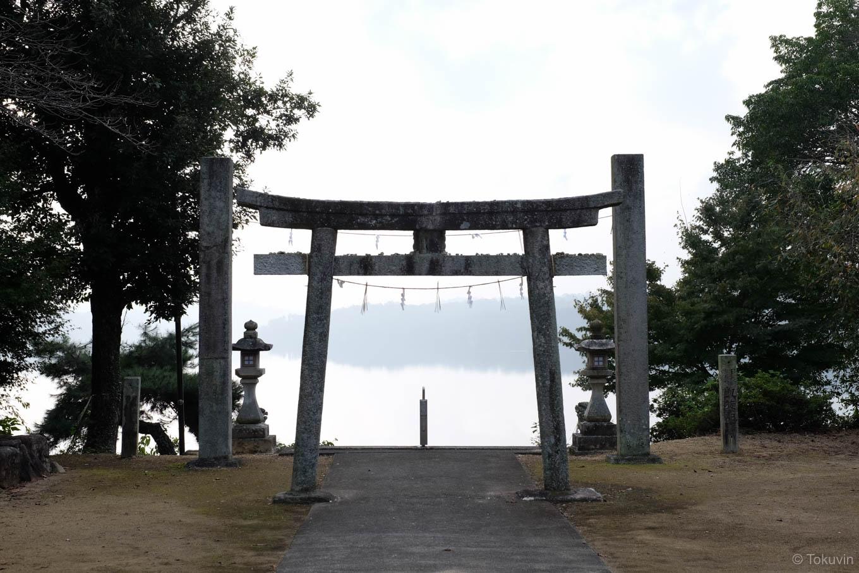 満濃池に向かって建つ神野神社の鳥居。
