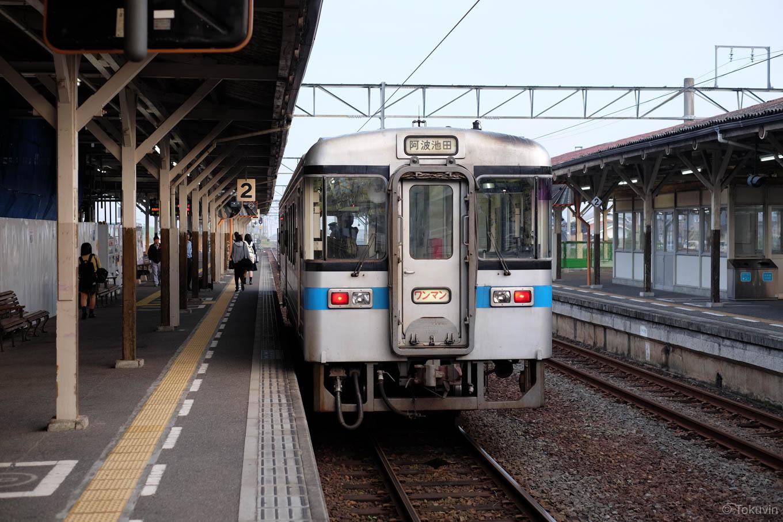 琴平駅で発車を待つ、普通列車の阿波池田行き 4223D。