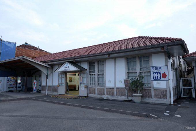 工事中駅舎のとなりに建つ仮駅舎