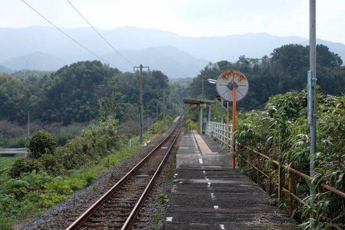 前後の線路は山間へと消えていく