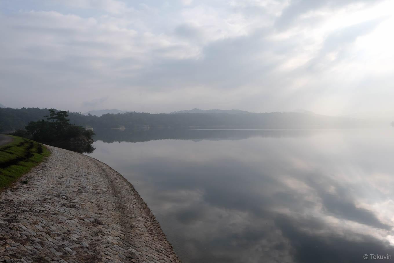 神野寺の前に広がる満濃池。