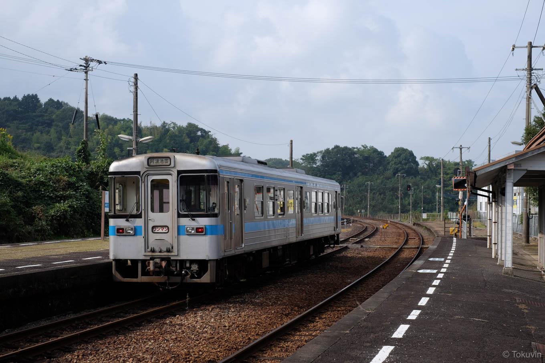 2番線で特急列車の通過待ち。