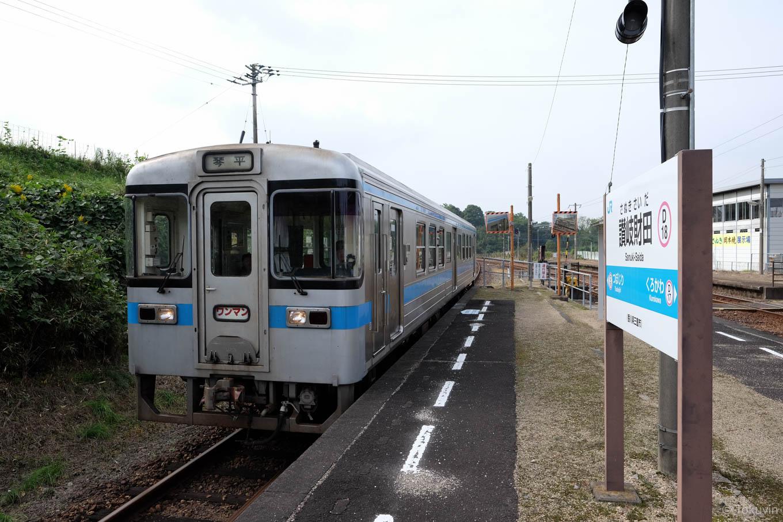讃岐財田で発車を待つ、普通列車の琴平行き 4230D。