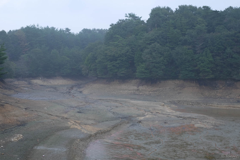 水の抜かれた新池。