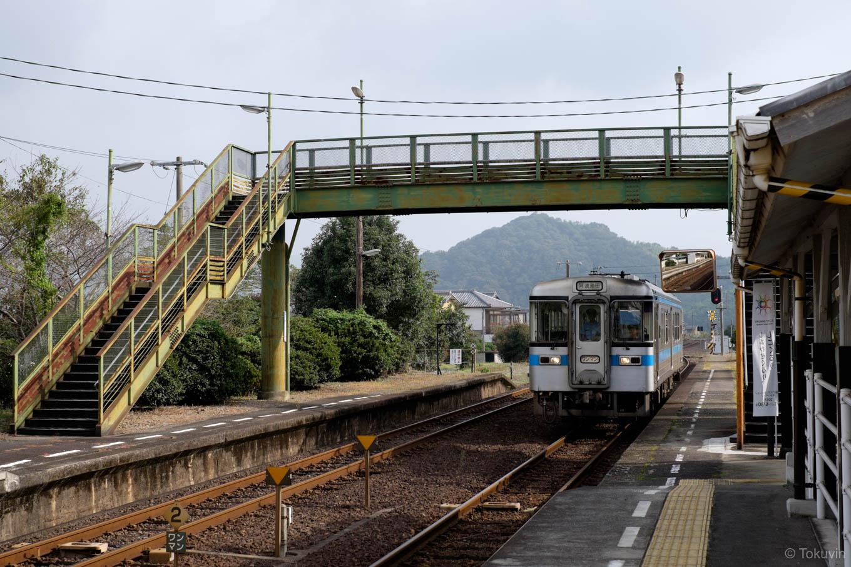 塩入駅に入線する、普通列車の阿波池田行き 4227D。