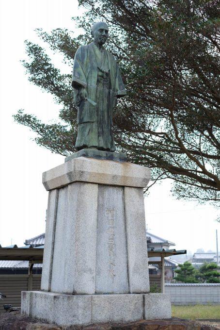 駅前に建つ銅像