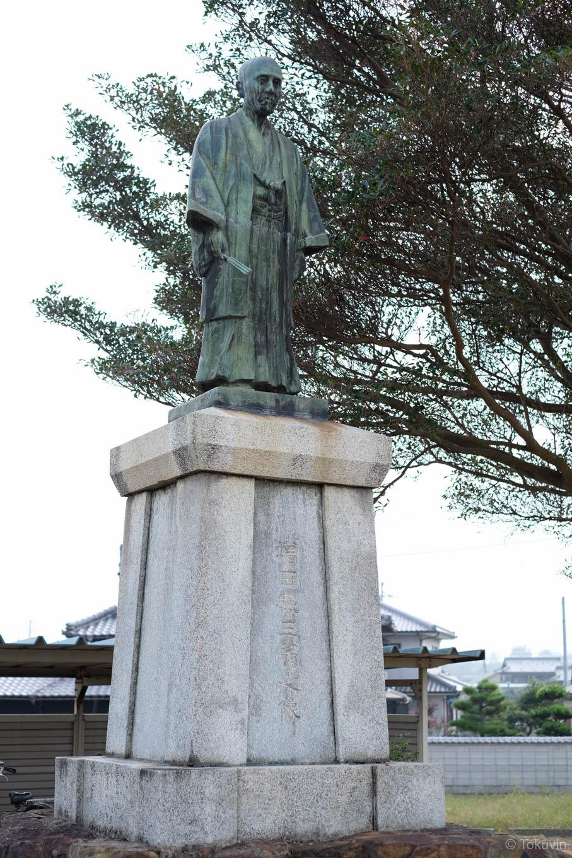 駅前の銅像。