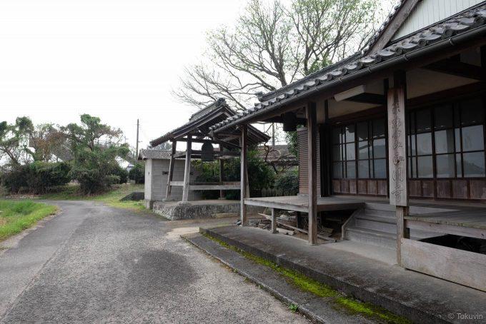 駅裏にある正円寺