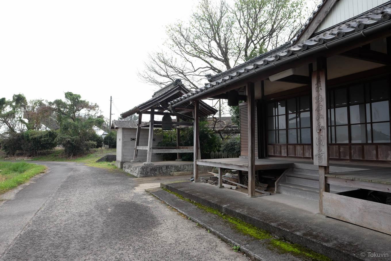 駅裏にある正円寺。