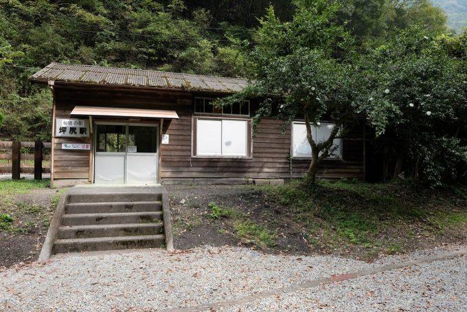 古びた木造の坪尻駅舎