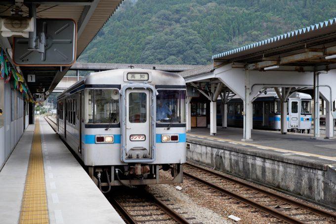 発車を待つ高知行き4231D