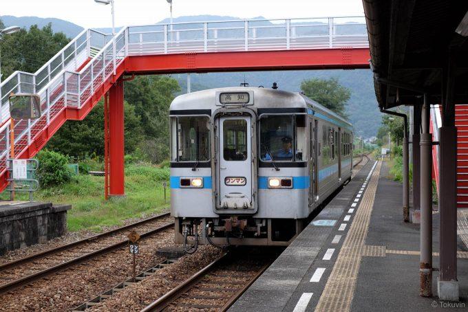 三縄駅に入線する高知行き4237D