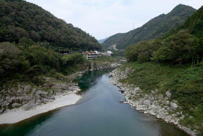 橋の上からは吉野川を一望できる