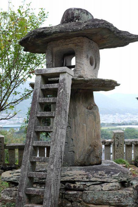 梯子まで石造りの灯籠 (FUJIFILM X-T1 + XF35mm F1.4R)