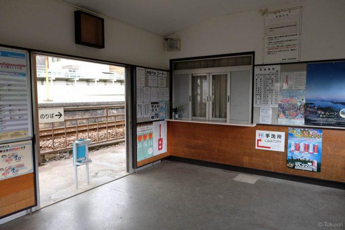 待合室と閉鎖された窓口 (FUJIFILM X-T1 + XF16mm F1.4R)