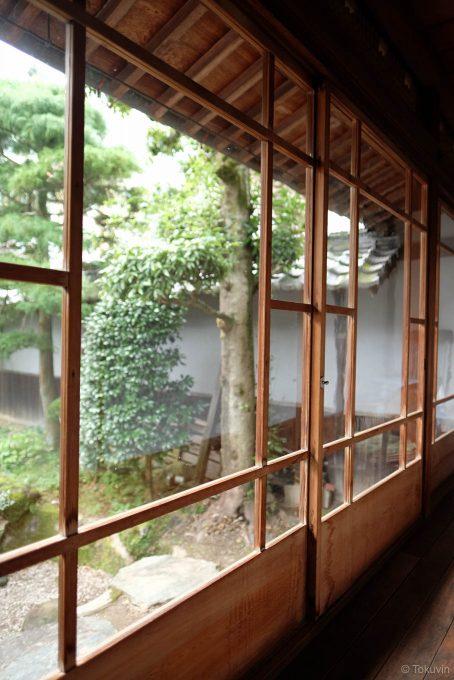 離れ座敷の廊下と中庭