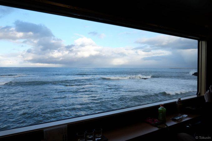 大きな窓いっぱいに広がる海