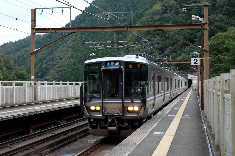 普通列車の亀岡行き 1229M。