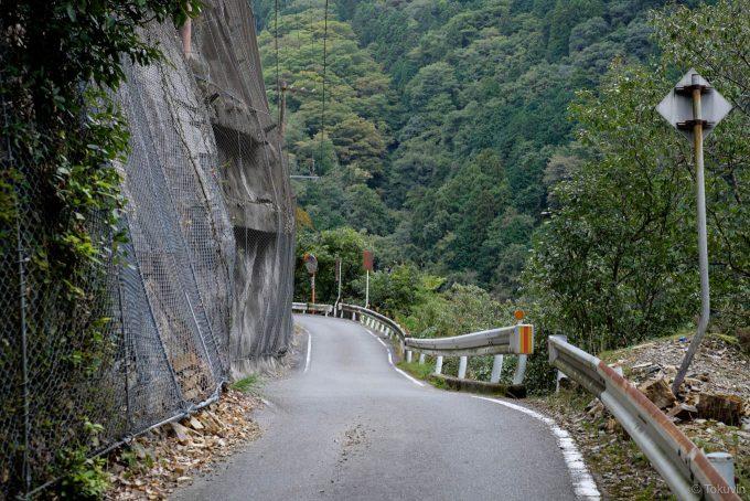 崖っぷちを走る道路