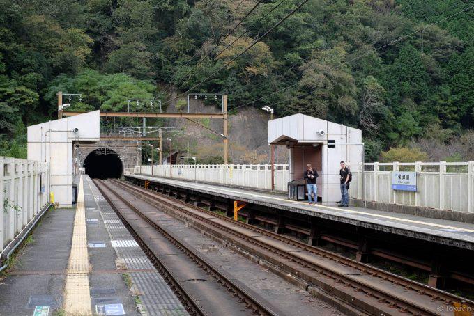 トンネルに挟まれた橋梁上のホーム (FUJIFILM X-T1 + XF35mm F1.4R)