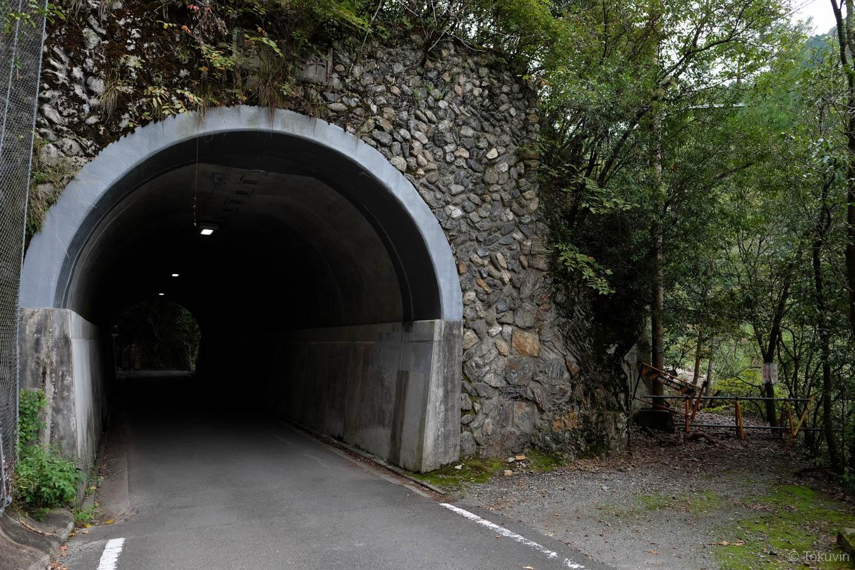 風情ある小さなトンネル。