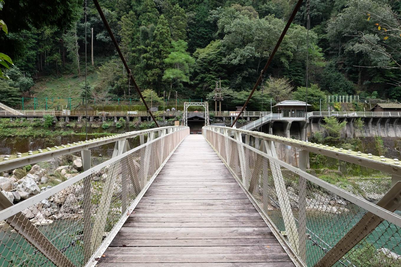 鵜飼橋とトロッコ保津峡駅。