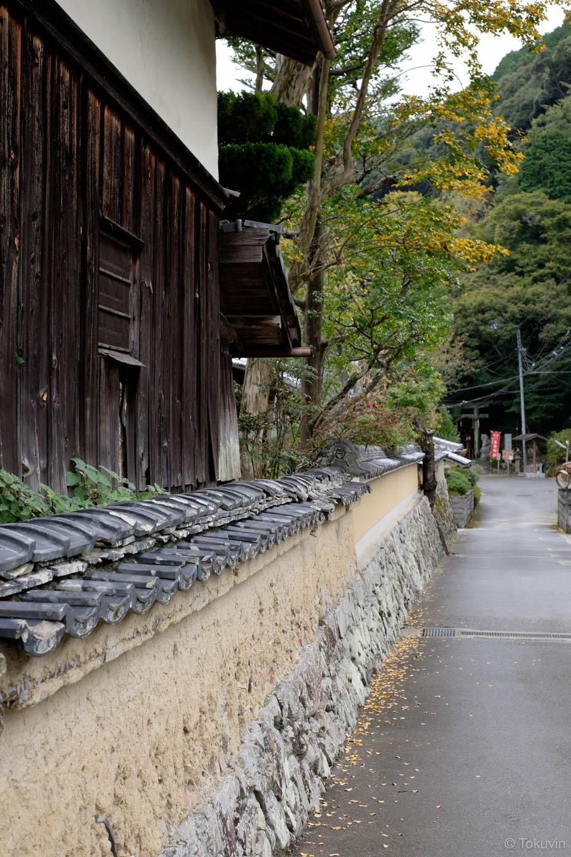 山沿いには風情ある景色が残る。