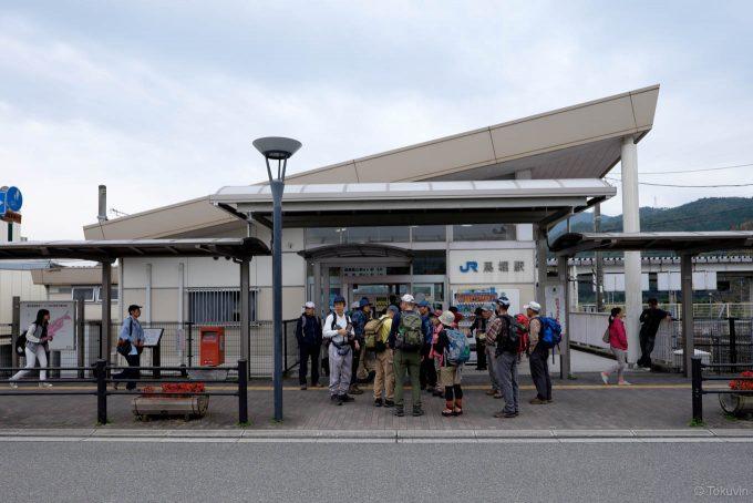 観光客で賑わう馬堀駅舎