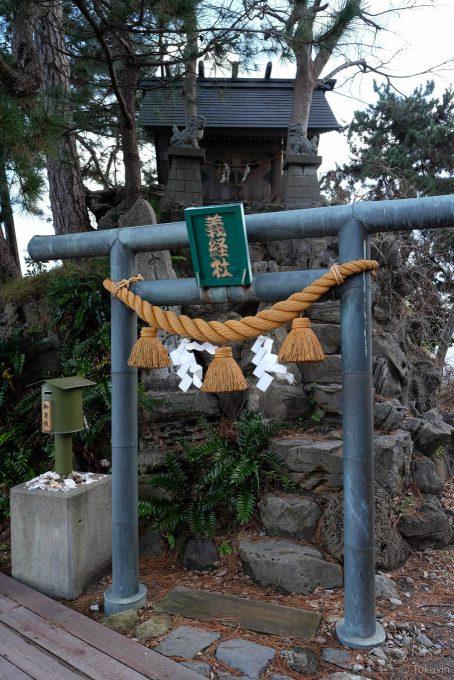 義経岩の神社