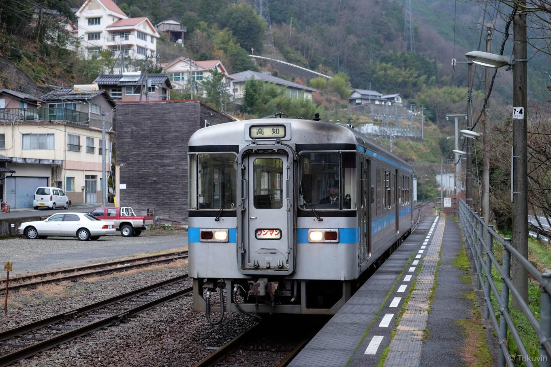 阿波川口駅に入線する高知行き普通列車 4225D。