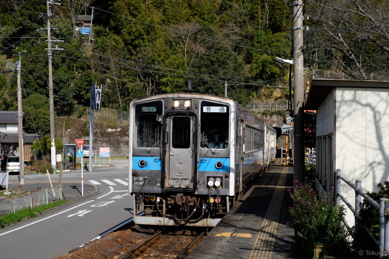 波多浦駅に入線する、普通列車の三角行き 533D。