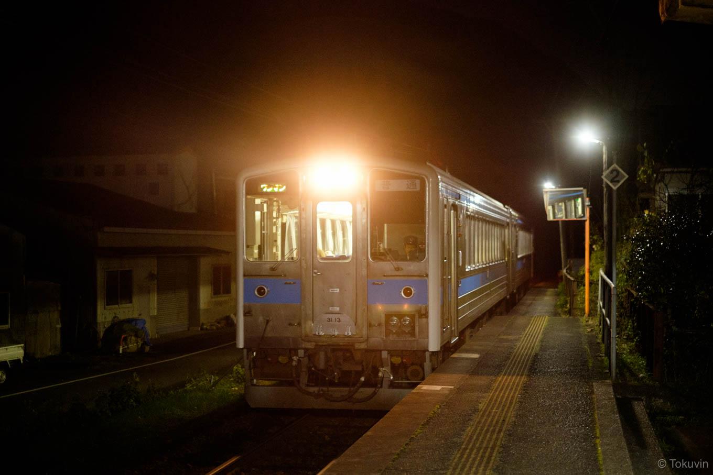 肥後長浜駅に入線する、普通列車の熊本行き 544D。