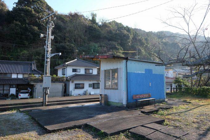 駅舎跡に建つ待合所 (FUJIFILM X-T1 + XF16mm F1.4R)
